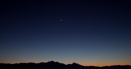 moon_clear_sky_wallpaper_2560x1440
